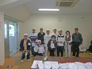 1組表彰後記念撮影 久保田護さんは91歳で1勝しました。 写真提供 高野勝江さん